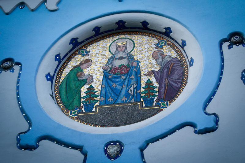 chiesa blu bratislava mosaico santa elisabetta miracolo rose
