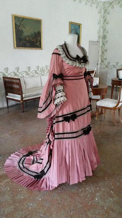 Riproduzione fedele dell'abito di Rosa Vercellana contessa di Mirafiori e Fontanafredda moglie del re Vittorio Emanuele II